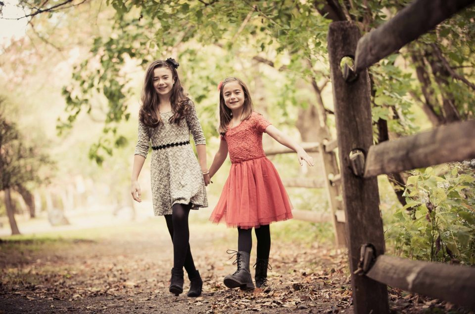 Jane & Kate – Sister Photo Shoot Outdoors